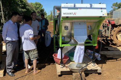 TT NN Di Linh Bàn giao máy tách màu quả cà phê cho nông dân